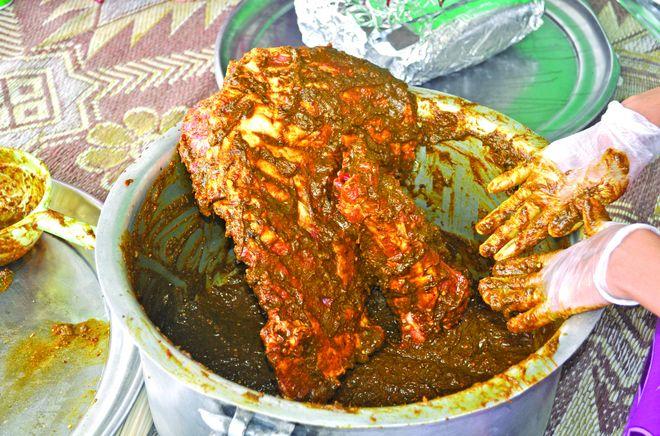Маринование мяса к мусульманскому празднику Eid в Омане