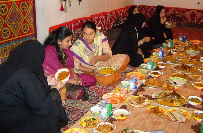 Женщины обедают в отдельном зале