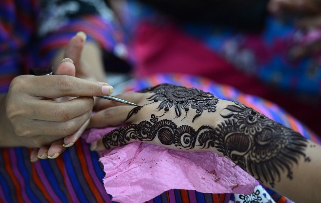Нанесение хны накануне свадьбы на руки невесты