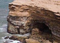Пещера на побережье океана