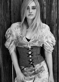 Актриса примерила на себя корсет