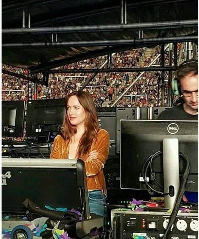 Дакота Джонсон на концерте Coldplay