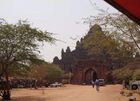 Территория у входа в храм