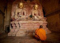 Монах перед статуями Будды