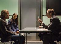 Перри (Юэн МакГрегор) и Гейл (Наоми Харрис) на переговорах с Гектором (Дэмиэн Ль