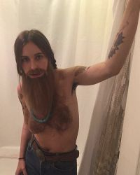 Скаут Уиллис для вечеринки на Хэллоуин превратилась в волосатого бородача