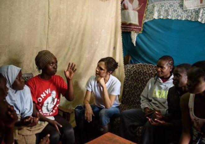 Виктория с местными жительницами