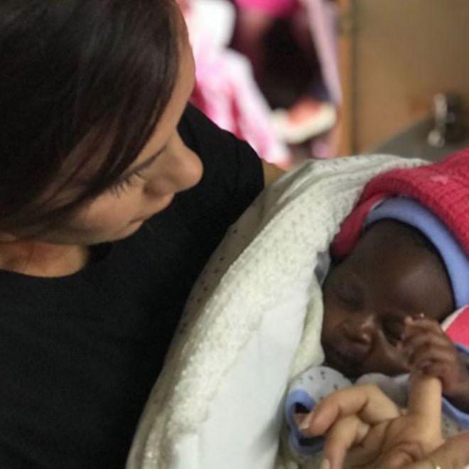 Виктория держит на руках пациента клиники