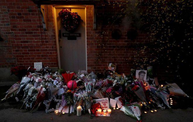 Поклонники несут цветы к дому певца  в графстве Оксфордшир