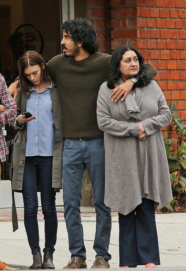 Дев обнял Тильду и свою мать Аниту
