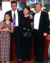 Семейство на красной дорожке