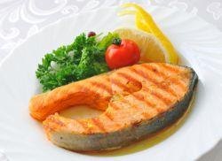 gorąca ryba na świątecznym stole