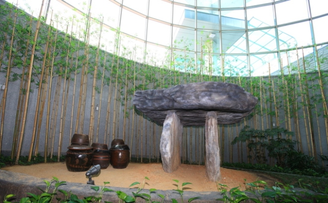 Дольмен в музее Кочхана