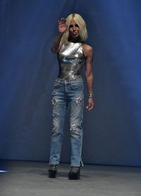 Донателла на показе весенне-летней коллекции Versus Versace в Лондоне
