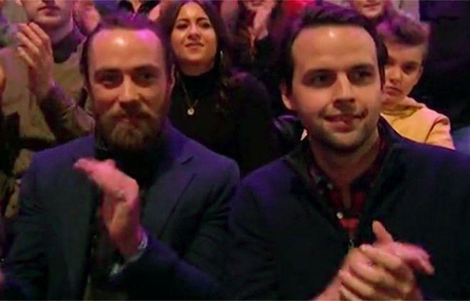 Джеймс Миддлтон (слева) в зрительном зале