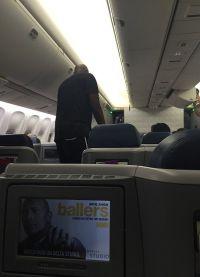 Ламар Одом, смешав пиво и виски, с трудом поднялся на борт самолета
