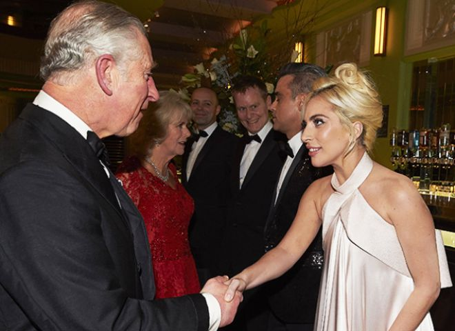 Королевская чета общается с артистами