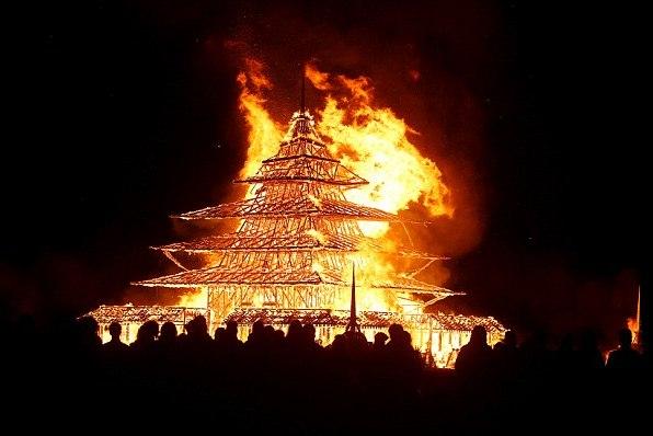 Символический храм, возведенный на фестивале Burning Man