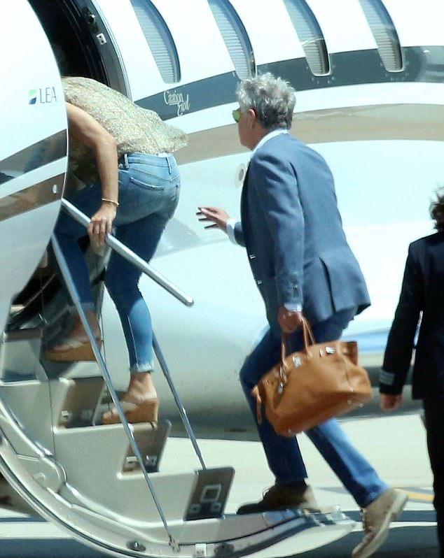 Элизабет Херли и Дэвид Фостер садятся в самолет