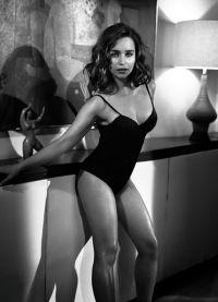 Эмилия Кларк в черном купальнике