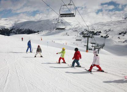 Обучение юных горнолыжников в долине Корталс