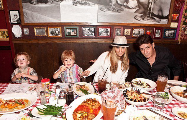 Брук,  Чарли Шин со своими сыновьями в 2011 году