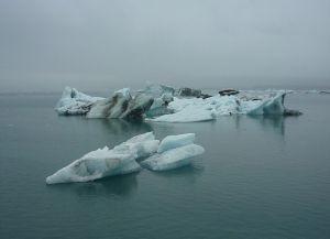 Ледниковая лагуна Йокульсарлон и осколки ледника