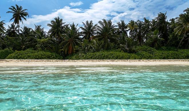 Прозрачные бирюзовые воды у острова