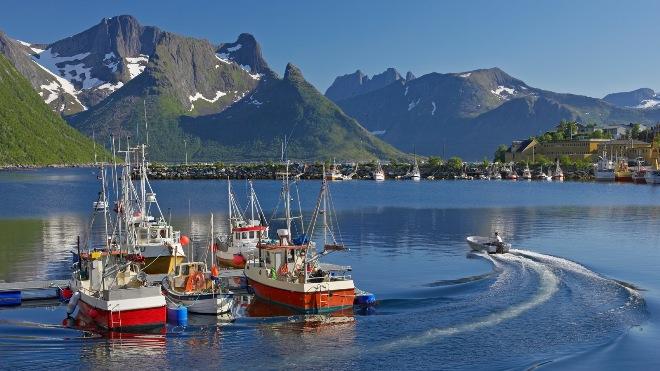 Транспорт ждет рыбаков