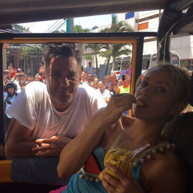 Шакира ест манго