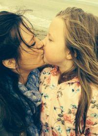 Мамы устроили флешмоб в защиту Виктории Бекхэм, поцеловавшей дочь