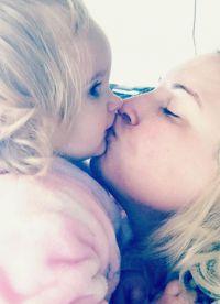 Фото Виктории Бекхэм, целующей свою дочь в губы, подверглось критике