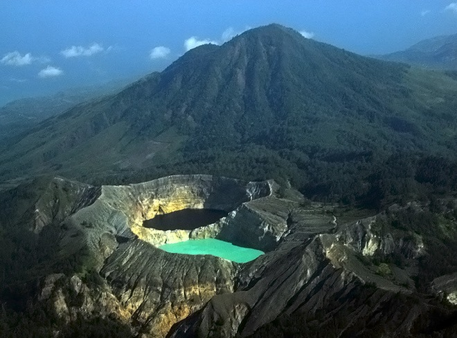 Вулкан Келимуту и разноцветные озера