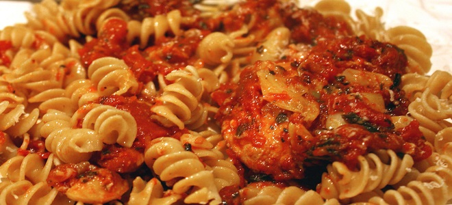 Makaron z gulaszem i pomidorami