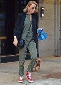 Вчера папарацци запечатлели грустную Уоттс на прогулке с собакой