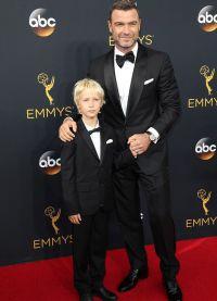 Шрайбер взял с собой старшего сына на Emmy Awards 2016