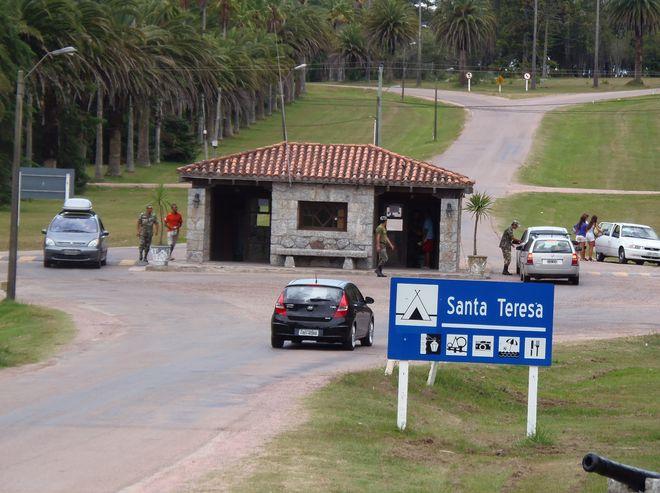 Въезд на территорию парка, в котором находится крепость святой Терезы