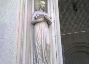 Статуя ангела у входа
