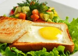 smażone jajka w chlebie