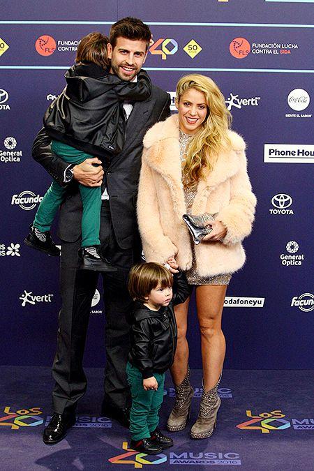 Жерар Пике и Шакира с сыновьями Сашей и Миланом