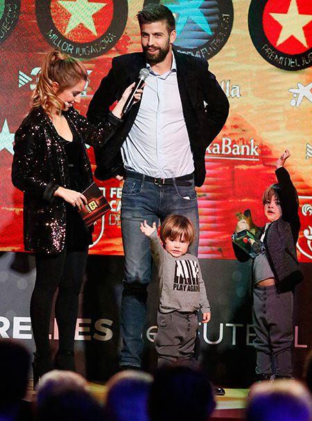 Жерар Пике с сыновьями Сашей и Миланом получает награду Estrella Catalan