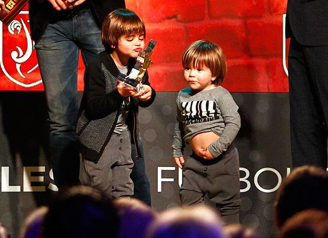 Сыновья Саша и Милан помогли отцу на вручении награды