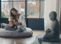 И сыграла на гитаре