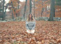 Каждое утро красавица медитирует и занимается йогой