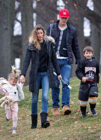 Звезды играют на публику изображая счастливую семью