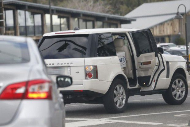 Открытая дверца машины Голди Хоун
