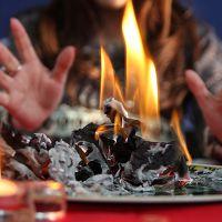 věštění spáleným papírem