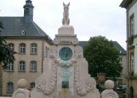 Памятник автору Романа о Лисе