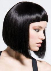 fryzura z krótkimi grzywkami