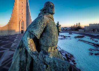 Статуя Лейфа Эрикссона на фоне церкви Халлгримур